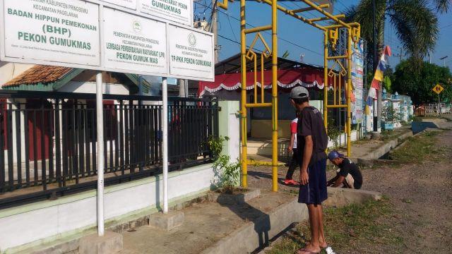 Camat Pagelaran dan Pegawai Kecamatan pagelaran Kerja Bhakti dan Gotong Royong di Pekon Gumukmas